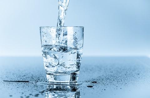 نوشیدن آب سرد و بررسی ۸ عدد از خطرات پنهان و مضرات آن
